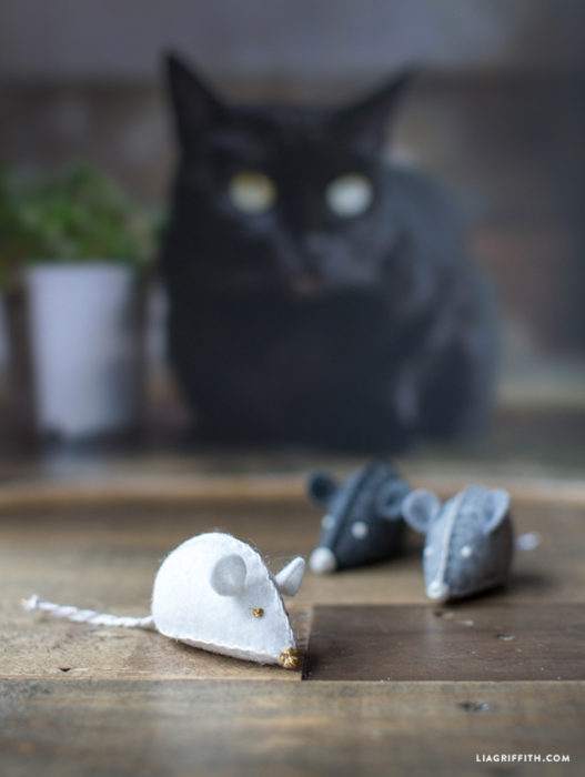 40 fun cat toys and play space ideas for Felt cat toys diy